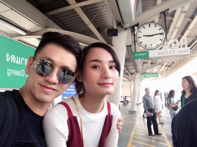 Vợ chồng Đỗ An - Lê Thuý đang có mặt ở Bangkok. Vừa xuống máy bay, đôi uyên ương đã lại lên tàu để đi ăn món yêu thích.
