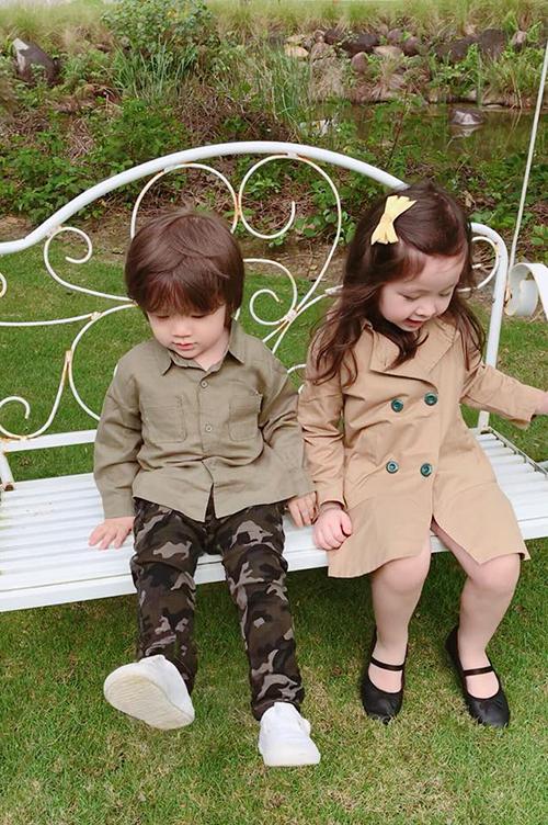 Hai chị em Cadie được mẹ Elly Trần cho lên đồ với phong cách quân đội cực ngầu.