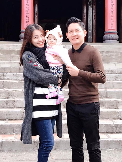 Hải Băng và Thành Đạt bế con gái đi lễ chùa cuối năm.