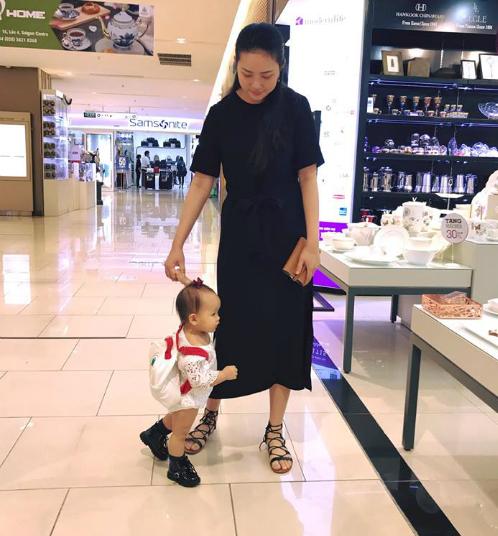 Phan Như Thảo dắt tay con gái đi siêu thị. Bé Bồ Cầu