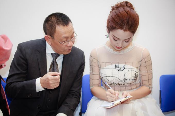 Ở hậu trường, MC Lại Văn Sâm tận tình chỉ dẫn và cho Jennifer nhiều lời khuyên để cả hai có thể phối hợp ăn ý.