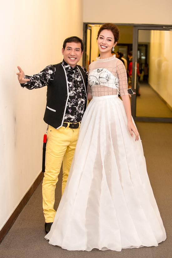 Trong show diễn tối qua, Jennifer Phạm còn có dịp hội ngộ với nhiều nghệ sĩ nổi tiếng khác, trong đó có diễn viên hài Quang Thắng.