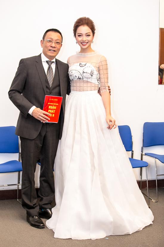 Bộ váy bồng bềnh cóphần ngực đính đá kim cương nhân tạo và lớp vải xuyên thấu ở phần eo giúp Jennifer Phạm gợi cảm hơn khi hội ngộ với bạn diễn Lại Văn Sâm.