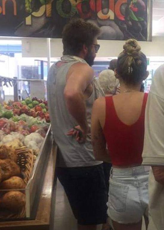 Cùng ngày sinh nhật, Liam và Miley được trông thấy đi siêu thị mua đồ.