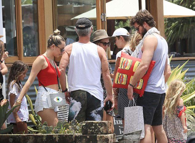 Cả gia đình Liam Hemsworth định cư ở Australia. Người anh thứ, tài tử Chris Hemsworth, cũng đã đưa vợ con về vịnh Byron sống từ năm 2015.