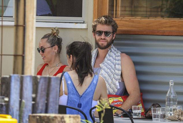 Liam Hemsworth hạnh phúc khi ở bên những người thân yêu trong ngày sinh nhật. Trên Instagram, anh đã nhận được lời chúc mừng ngọt ngào của Miley. Cô viết: Hôm nay là một ngày rất đặc biệt vì đó là ngày sinh của một người rất đặc biệt. Sau đó, Miley chia sẻ loạt ảnh chụp cùng vị hôn phu và thổ lộ: Chúc mừng sinh nhật người bạn tuyệt vời nhất hành tinh của em.