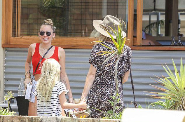 Miley đã theo Liam về Australia từ kỳ nghỉ năm mới. Cô rất thân thiết với gia đình nhà chồng tương lai, đặc biệt là chị dâu Elsa Pataky - vợ Chris Hemsworth.
