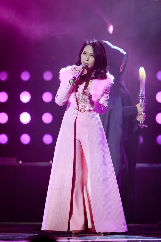 Diện cây trang phục màu hồng nhạt, Mỹ Tâm thể hiện những ca khúc gây sốt trong thời gian qua như Người hãy quên em đi, Muộn màng là từ lúc...