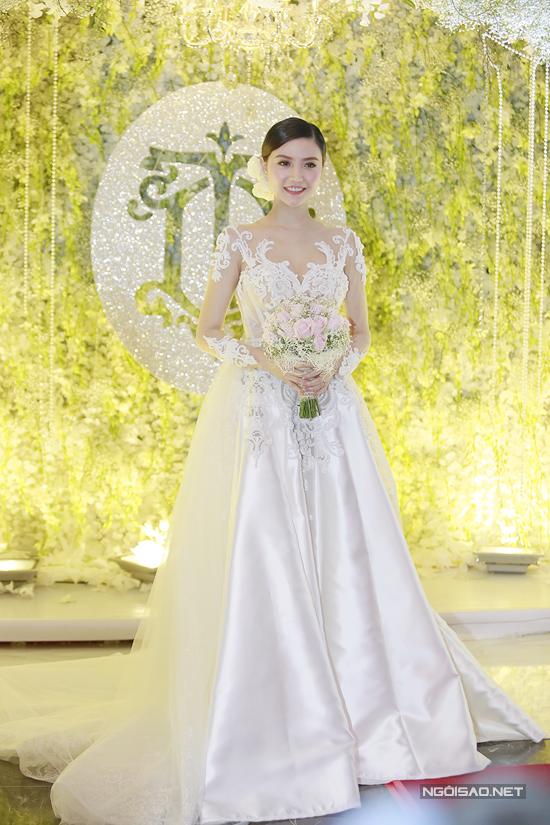 Trong ngày lên xe hoa, Ngọc Duyên diện soiree trắng đính ren như nàng công chúa, khoe nhan sắc trẻ trung, gợi cảm.