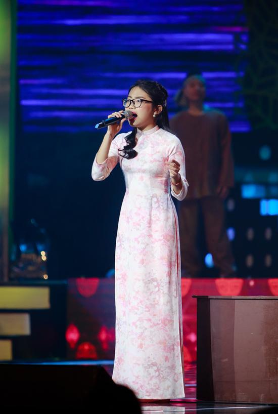 Phương Mỹ Chi được khán giả Hà Nội tán thưởng khi hát Còn thương rau đắng mọc sau hè, Chờ người.