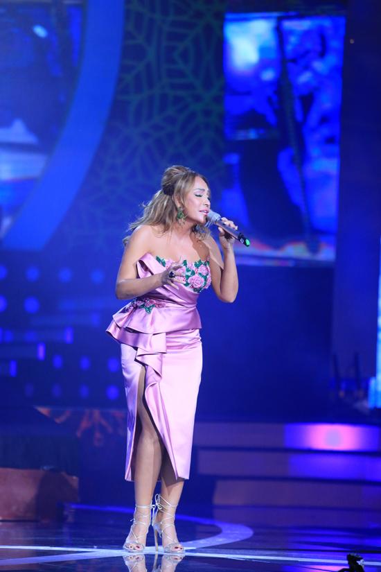 Thanh Hà chọn bộ cánh hở táo bạo giữa thời tiết mùa đông Hà Nội. Chị chọn nhạc phẩm Mong manh tình về để gửi tặng đến hơn 4.000 khán giả.