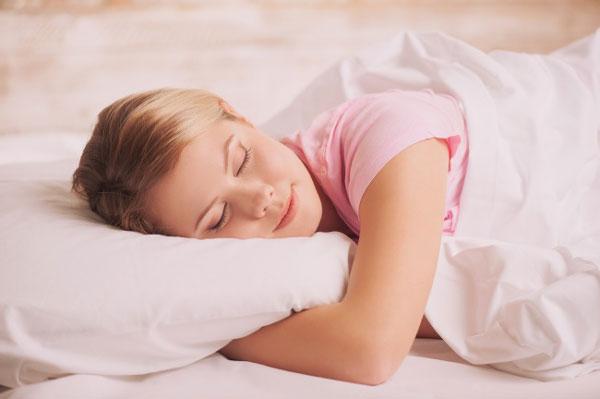 Nằm ngủ sai tư thế cũng có thể ảnh hưởng tới sức khỏe của bạn. Các chuyên gia cho biết nằm nghiêng hoặc sấp đều không tốt. Theo một vài nghiên cứu, ngủ nghiêng khiến bạn hay bị đau vai và cổ. Khi nằm nghiêng, vai của bạn phải hỗ trợ phần lớn trọng lượng cơ thể. Nằm sấp còn nguy hại hơn vì đầu vẹo về một bên làm cổ và vai ê ẩm, thậm chí còn dẫn tới lệch đốt sống.