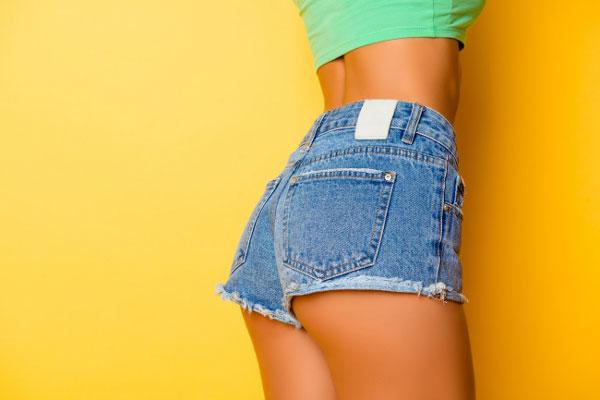 Những chiếc quần jean bó sát khiến cho người mặc trông gợi cảm và tôn dáng. Tuy nhiên, chúng lại không an toàn như bạn nghĩ. Các nhà nghiên cứu cảnh báo, mặc quần jean ôm sát có thể gây ra những vấn đề tồi tệ cho sức khỏe, ví dụ hội chứng khoang cấp tính (compartment syndrome), chứng đau đùi và ợ chua. Những nguy cơ này tuy thấp nhưng tốt hơn hết bạn không nên mặc quần jean bó nếu sắp phải vận động nhiều.