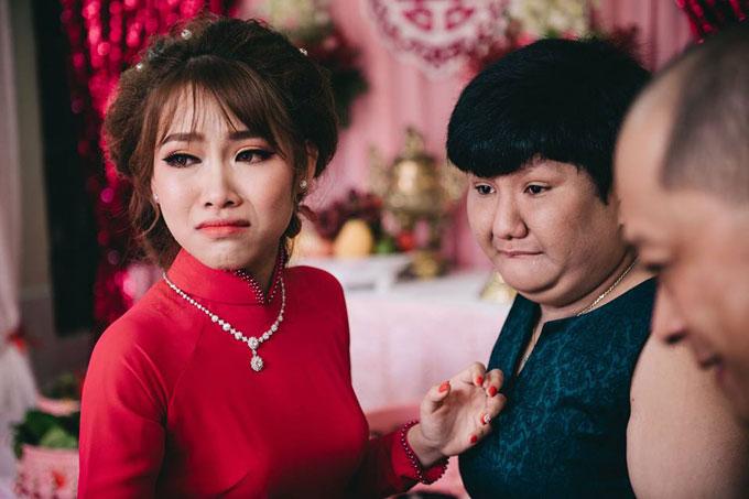 Ngày làm đám hỏi của Thu, Xuân Lan đã khóc nức nở khi nghe mọi người trêu là chị gái đi lấy chồng sẽ rời bỏ em.