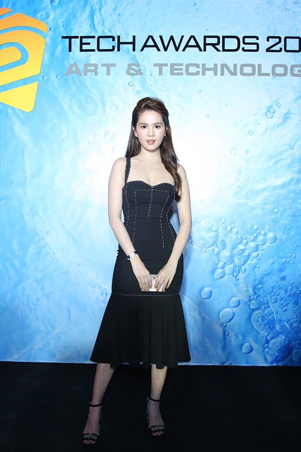 Trái ngược với style kín đáo của HHen Niê, Ngọc Trinh khoe da trắng nuột nà