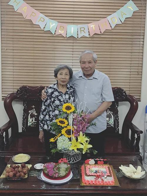 Chiều 30 tết năm nào ông cũng lấy chiếc xe 82 huyền thoại chở bà đi ăn gà, vì bà không ăn được bò kho, chị Phương kể.