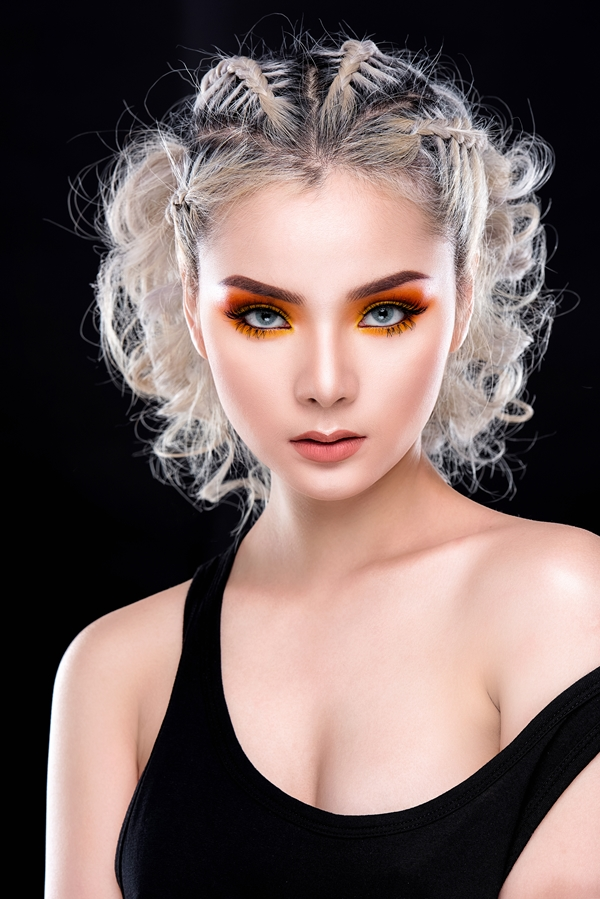 Sử dụng kẻ viền mắt màu vàng rồi tán phấn mắt màu cam