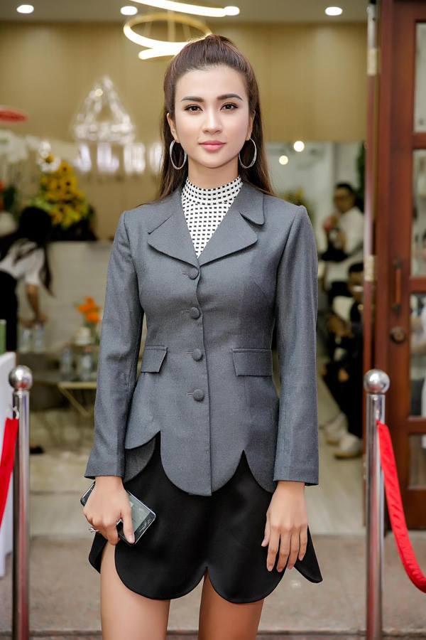 Xuất hiện tại một sự kiện, Kim Tuyến chọn vest và chân váy có cùng kiểu dáng cắt gấu tạo hình cánh hoa. Tuy nhiên đó lại chính là yếu tố khiến hình ảnh của cô trở nên rối mắt.