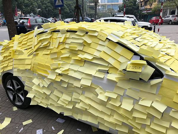 Chiếc ôtô của ca sĩ Trung Quân bị fan nữ tỏ tình dán chi chít giấy.