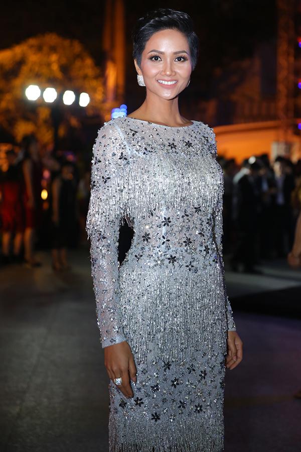 Hoa hậu HHen Niê rạng rỡ trên thảm đỏ Tech Awards 2017 - 2