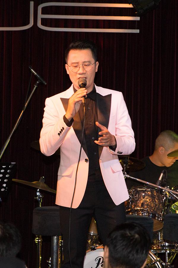 Trong buổi ra mắt album được tổ chức như một mini concert, Hoàng Bách lần lượt hát các ca khúc trong album. Nam ca sĩ hát nhẹ nhàng, truyền cảm, khiến người nghe cảm nhận được sự lãng mạn trong từng ca từ mà Việt Anh gửi gắm.