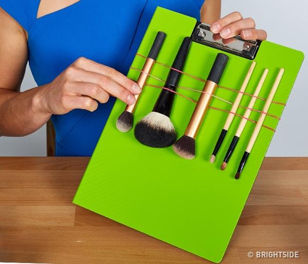 Để bảo quản cọ trang điểm, bạn có thể gắn chúng lên một chiếc bảng mica