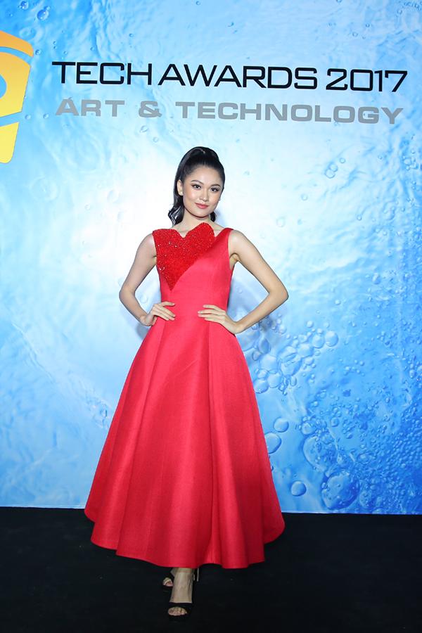 Hoa hậu HHen Niê rạng rỡ trên thảm đỏ Tech Awards 2017 - 6