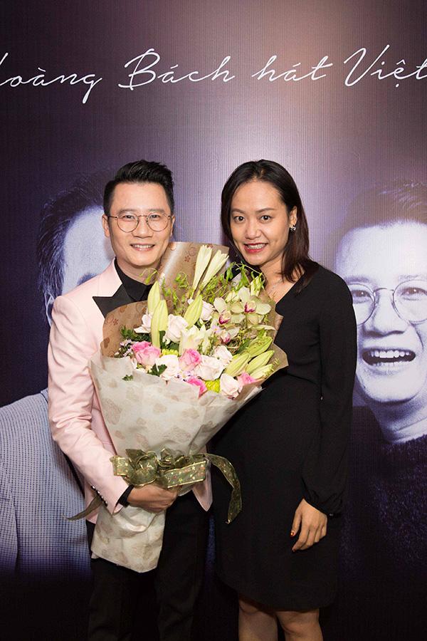 Đến chúc mừng Hoàng Bách có diễn viên Hồng Ánh.