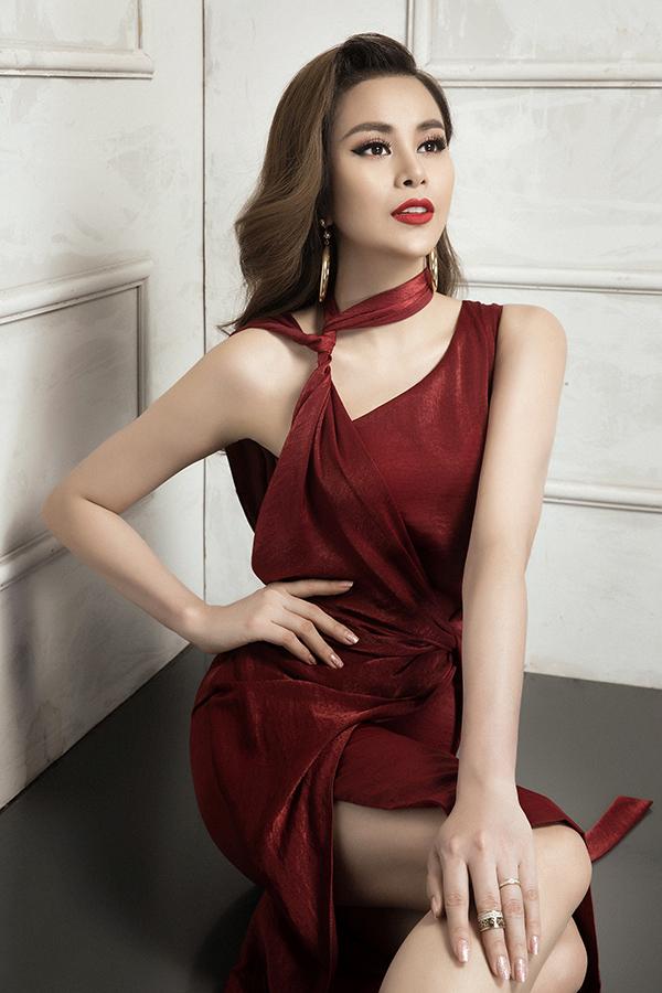 Bên cạnhsắc đỏ thắm, đỏ tươi có khả năng kích thích thị giác cao, một số mẫu váy sexy còn được cắt may trên vải lụa gam dark red đang được ưa chuộng.