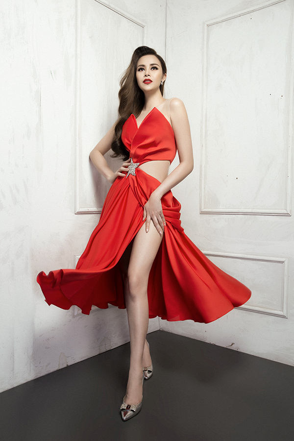 Trong bộ sưu tập này, nhà thiết kế tận dụng những đường cắt xẻ, khoét eo để tạo nên khoảng hở ấn tượng và giúp người mặc khoe vẻ sexy.