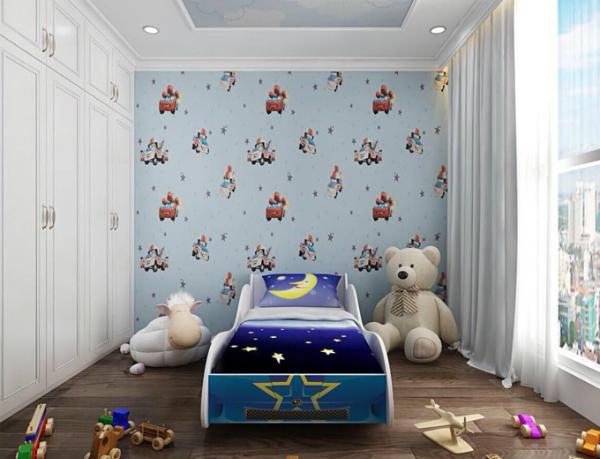 Phòng bé Tấn Đức trang trí dễ thương với hình ảnh những chiếc xe hơi, thú nhồi bông, những món đồ chơi cậu bé yêu thích.