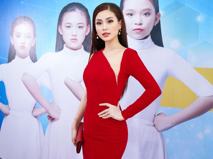 Góp mặt tại buổi casting mẫu nhí, Diễm Trang khiến mình nổi bật nhờ trang phục đỏ bắt mắt và kiểu dáng tôn nét gợi cảm.