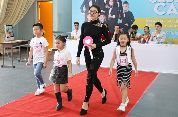 Vân Trang sải bước tự tin bên dàn mẫu nhí khi tham gia chấm điểm về khả năng catwalk của các bé.