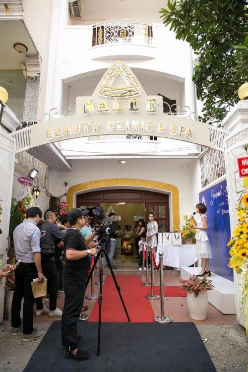 Diệp Bảo Ngọc cho biết, cơ sở làm đẹp của cô có vốn đầu tư hơn ba tỷ đồng, trang thiết bị chủ yếu nhập từ Hàn Quốc.