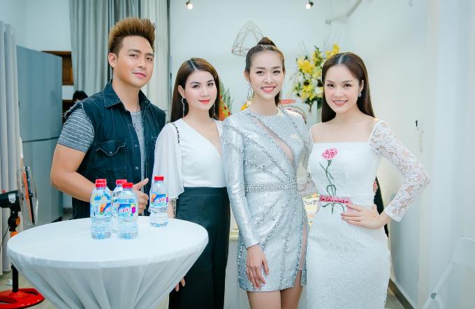 Tại sự kiện, Diệp Bảo Ngọc hạnh phúc khi nhận được sự quan tâm của bạn bè, anh chị em nghệ sĩ và fan. Trong ảnh, vợ chồng Kha Ly - Thanh Duy, diễn viên Dương Cẩm Lynh đến chúc mừng bà chủ 9x.