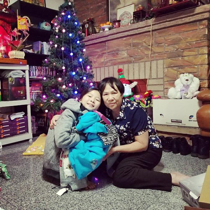 Mẹ và con gái của ca sĩ Như Quỳnh tại Mỹ.