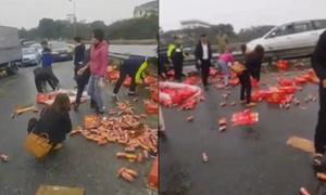 Người dân thu gom hàng trăm thùng nước ngọt giúp tài xế xe tải