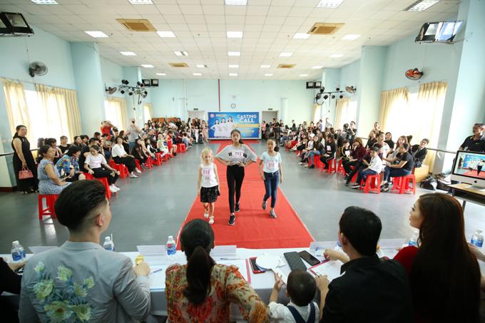 Để chọn ra những gương mặt ưu tú cho chương trình Asian Kids Fashion Week 2018, ban tổ chức đã mời nhiều gương mặt nổi tiếng tham gia buổi tuyển chọn người mẫu nhí.