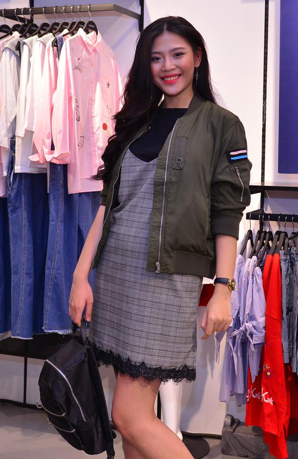 Người mẫu Chúng Huyền Thanh xuất hiện một mình sau hôn lễ với ca sĩ Jay Quân.