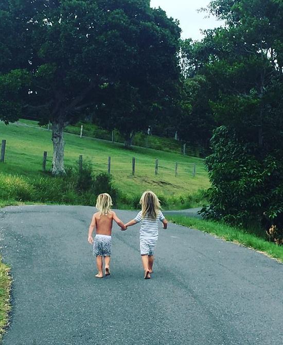 Hai cậu con trai sinh đôi của Chris Hemsworth nắm tay đi dạo giữa khung cảnh nên thơ ở Australia. Bức ảnh được vợ tài tử chia sẻ trên Instagram hôm 12/1.