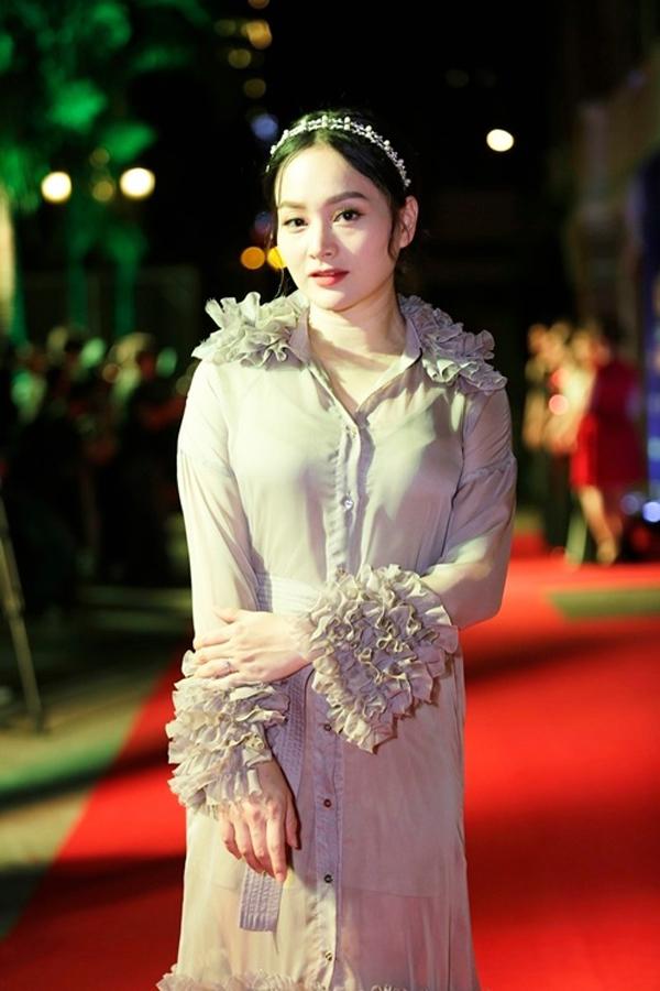 Sau một thời gian không ngừng nỗ lực thay đổi phong cách thời trang và tạo dựng hình tượng mới, diễn viên Lan Phương trở về với hình ảnh thảm họa thời trang. Nếu lược bỏ chi tiết bèo nhún cho phần cổ áo, cổ tay, chân váy thì chắc chắn hình ảnh của cô không đến nỗi rườm rà.