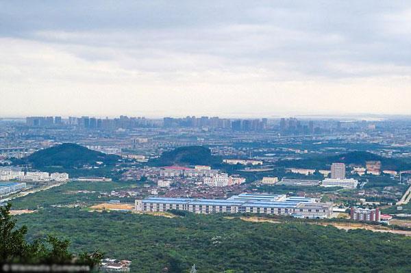 Trường trung học Jinshi ( mái nhà màu xanh) nơi xảy ra vụ án mạng.