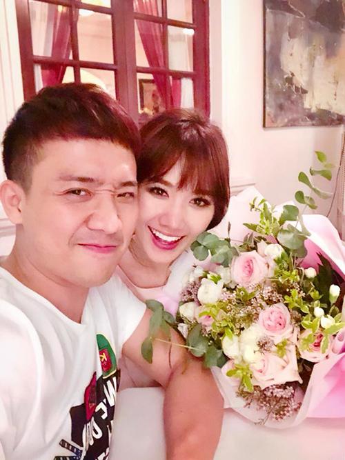 Trấn Thành mua hoa tặng Hari nhân kỷ niệm 2 năm yêu nhau.