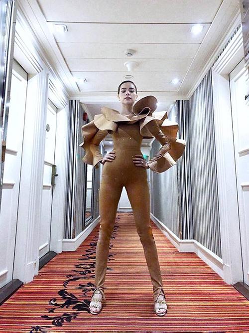 Hồ Ngọc Hà phô trọn những thế mạnh trên cơ thể như đôi chân dài, eo thon trong bộ váy thiết kế đặc biệt của Lý Quí Khánh.