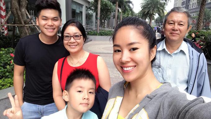 Lê Phương và chồng đưa bố mẹ và con trai đi ăn sáng.