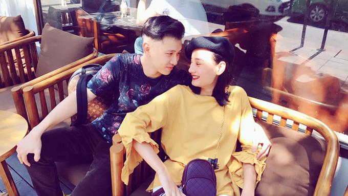 Đỗ An và Lê Thuý nhìn nhau tình cảm trong bộ hình mới chụp ở Bangkok. Hai người đang có chuyến đi kỷ niệm tình yêu.