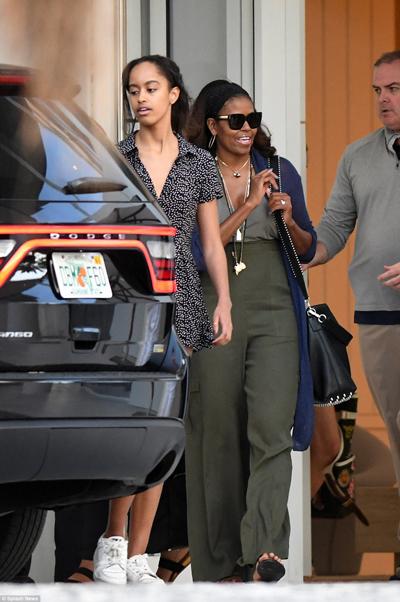 Kể từ khi rời Nhà Trắng vào tháng 1/2017, bà Michelle Obama không ít lần xuất hiện cùng chồng trong trang phục gợi cảm. Bà được báo chí thế giới nhận xét là ngày một quyến rũ với phong cách thời trang phóng khoáng.