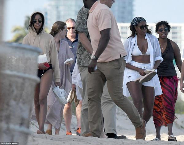 Hôm 14/1, bà Michelle và cô con gái 19 tuổi được nhìn thấy đang đi bộ dọc bãi biển Miami cùng những người bạn, bao gồm cựu cố vấn cấp cao của ông Obama là Valerie Jarrret và một nhân viên mật vụ.