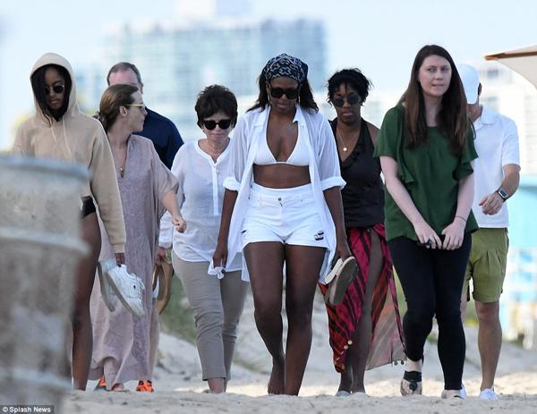 Cựu tổng thống Obama và con gái út Sasha không đi cùng hai mẹ con.