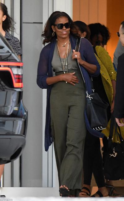 Cùng ngày, cả hai mẹ con được nhìn thấy dùng bữa tối tại nhà hàng Prime 112 chuyên các món về thịt bò. Bà Michelle trông phong cách khi diện chiếc quần ống rộng cạp cao, kết hợp áo cardigan dáng dài. Bà hoàn thiện ngoại hình với vài chiếc vòng cổ và túi đeo màu đen.